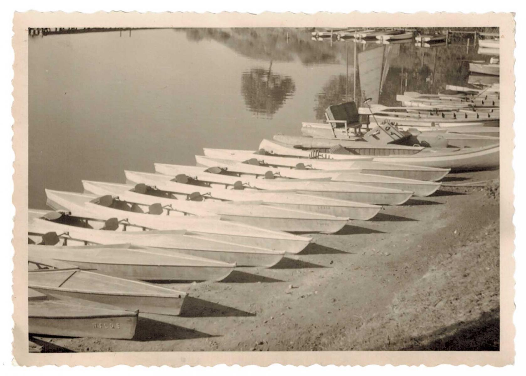 Bootsverleih_historisch_Boote_im_Hafen