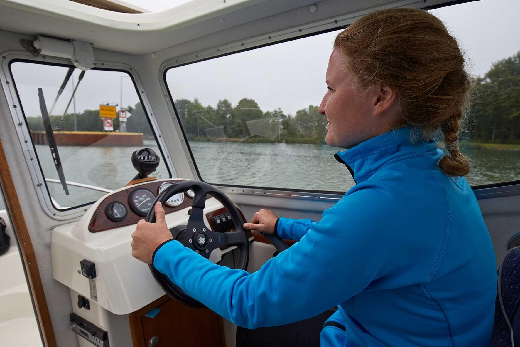Motorbootsausbildung_Steuerfrau